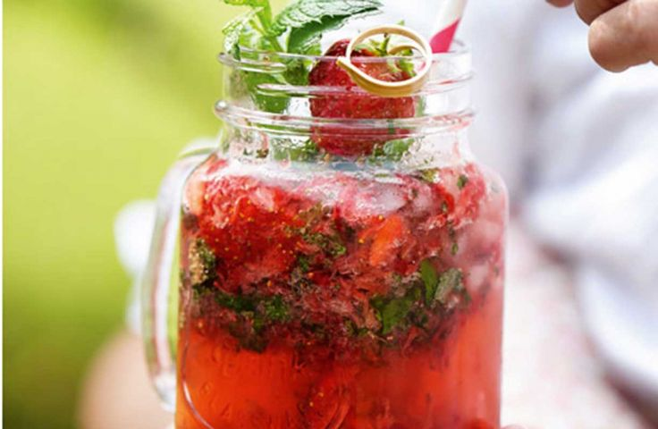 Mojito med jordbær og mynte  Tilføj en god portion friske jordbær til den klassiske mojito-opskrift, og voila: Så har du den ultimative sommerdrink.