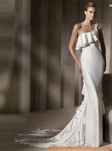 Robe de mariée évasée satin soyeux à volants asymétrique