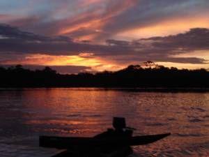 Atardecer en Rio Negro  También el estado Amazonas tiene importantes ríos que vierten sus aguas hacia el río homónimo, el principal de Sudamérica y el más caudaloso del mundo, el Amazonas, estos afluentes son el Siapa o Matapire con 400 km. que recibe las aguas de los ríos Ararí y  Manipitare y desemboca en el Casiquiare, que as su vez y luego de recorrer 326 km. y recibir a sus afluentes Pamoni, Pasiba y Pasimoni, desemboca en el río Negro, uno de los principales afluentes del Amazonas