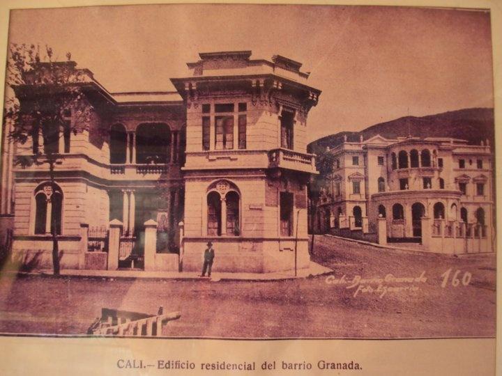 El edificio a la derecha es el antiguo Club Colombia en la Avenida 6a.