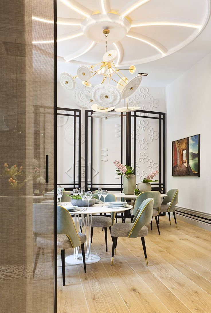 El comedor privado es un espacio lleno de contrastes donde los elementos ornamentales se sacan de contexto. #details #deco #interiordesign #arquitectura #decoracion #homedecor