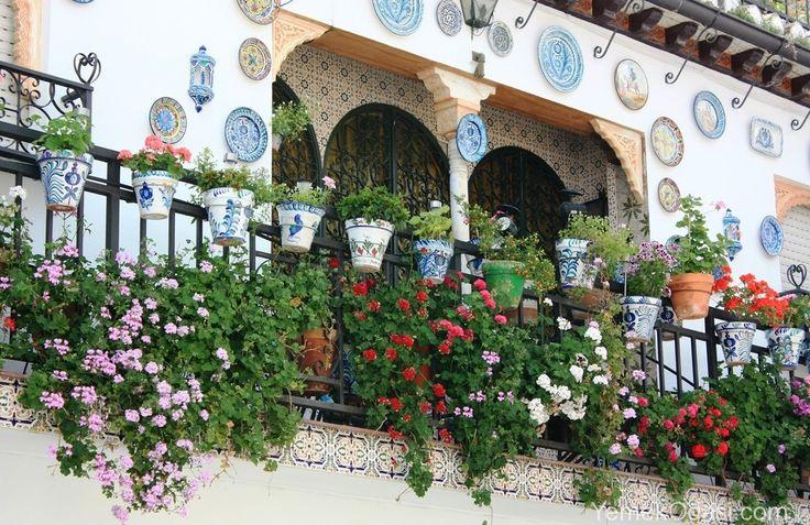 Balkon Çiçekleri Muhteşem balkon çiçekleri ile evinize şık ve çekicilik eklemenize yardımcı olabilecek ilham veren fikirler sunmaya devam ediyoruz. Balkon dekorasyonu başlıklı yazımızda da bahsettiğimiz gibi yazın en çok vakit geçirilen alan olan balkonlara orijinal dekorlar yaparak oturma alanlarınızı daha keyifli http://www.yemekodasi.com/balkon-cicekleri/  #BalkonDekorasyon, #BalkonDekorasyonu, #BalkonTasarımları, #CamBalkon