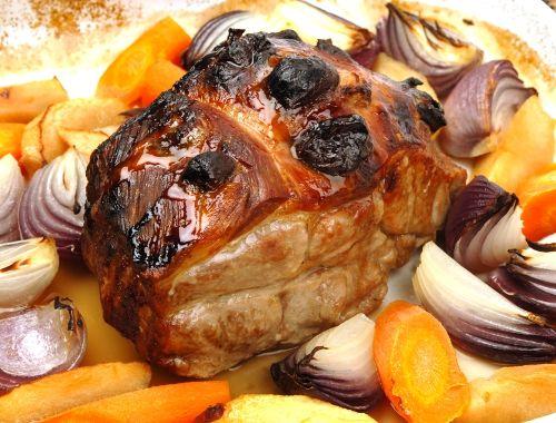 Helstekt fläskkarré, kotlettrad eller skinkstek i lergryta eller stekgryta