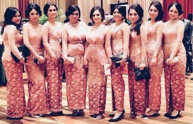 Bridesmaid with peach kebaya