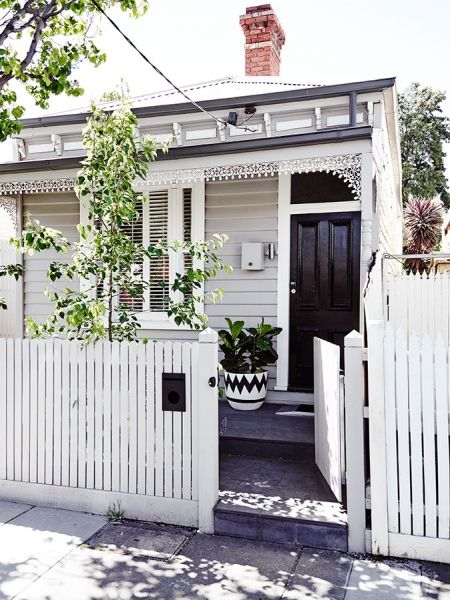 J'adore cette maison à Melbourne, avec sa terrasse aux murs gris. / Im' in love with this house in Melbourne, especially with the grey walls...