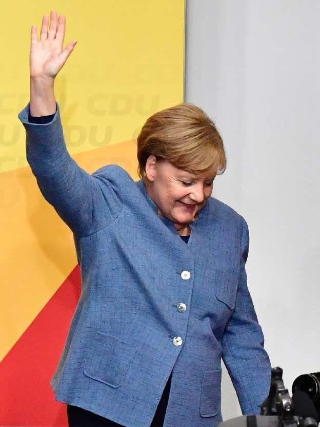 La canciller alemana y líder de la CDU, Angela Merkel, saluda a sus seguidores luego de conocer los resultados a pie de urna de las elecciones generales, el 24 de septiembre de 2017 en Berlín