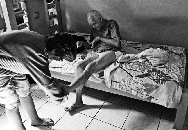 Supostamente uma foto tremida é uma foto desperdiçada. Mas não quando o fotografo é o jovem Roger Bueno, de 24 anos. Nascido com uma deficiência congênita na mão direita, nas imagens de Roger, o tremor é discurso. É amor, e suas fotos mostram nada além disso: afeto, empatia, companheirismo e dedicação entre deficientes e seus cuidadores. Roger é estudante de comunicação social com habilitação em Publicidade e Propaganda, na condição de bolsista, na Fundação Escola de Comércio Álvares…