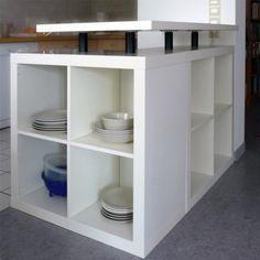 Crédit photo: Ikea Hacker Utiliser des bibliothèques Ikea Expedit pour créer un comptoir – bar de cuisine.