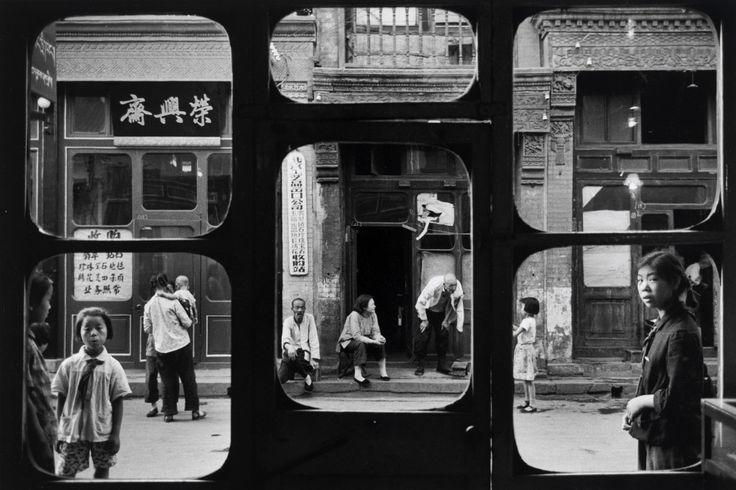 Marc Riboud, A street in old Beijing, 1965. Stampa alla gelatina ai sali d'argento, 22,5 x 33,5 cm. Mart, Museo di arte moderna e contemporanea di Trento e Rovereto – Collezione M. Trevisan.