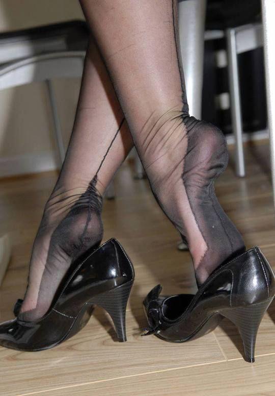 Pin von Dawn auf Feet   Stockings, Nylon stockings und Nylons heels 373f066558