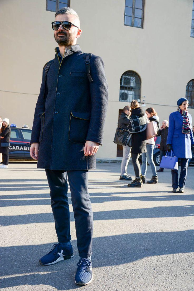 """ピッティウオモといえば、年に2度だけ行われる世界最大規模のメンズファッションブランド展示会だ。コレクション会場と違い、ビジネスのために世界各国からファッション業界を牽引するバイヤー達が集う場でもあるため、リアルな最先端のビジネススタイルをチェックできる。今回は、2017年1月に行われた""""ピッティウオモ 91""""にフォーカスして注目の着こなしを紹介! キルティングジャケット×ブラックジーンズ×サイドゴアブーツ ミドル丈のキルティングジャケットに、起毛感のあるベスト、テーラードジャケットを着込んだザンバルド氏の着こなし。ブラックスキニージーンズはアンクル丈にカットオフし、こなれ感をプラス。足元にはチェルシーブーツを合わせてスマートな印象に。 Tricker's(トリッカーズ) スエード サイドゴアブーツ カントリーブーツの代名詞ブランド「Tricker's(トリッカーズ)」の、スエード素材でベーシックにデザインされたサイドゴアブーツ。 詳細・購入はこちら ライダースジャケット×タートルネックニット×グレーパンツスタイル ソフトな風合いのタートルネック..."""