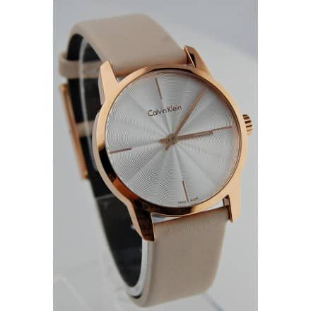 MECHANIZM: Damski zegarek Calvin Klein CK CITY K2G236X6 NUDE wyposażony jest w kwarcowy mechanizm, zasilany za pomocą baterii. Posiada bardzo wysoką dokładność mierzenia czasu +/- 10 sekund w przeciągu 30 dni. W mechanizmie kwarcowym, elektrycznie regulowane drgania generowane są przez syntetyczny kryształ kwarcu. Precyzyjna kontrola częstotliwości drgań sprawia, ze zegarki z mechanizmami kwarcowymi są wyjątkowo dokładne. Energia elektryczna potrzebna do działania i kontroli układu pocho...