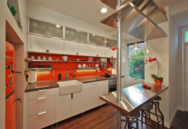 dosseret de cuisine en orange et armoire de rangement en blanc