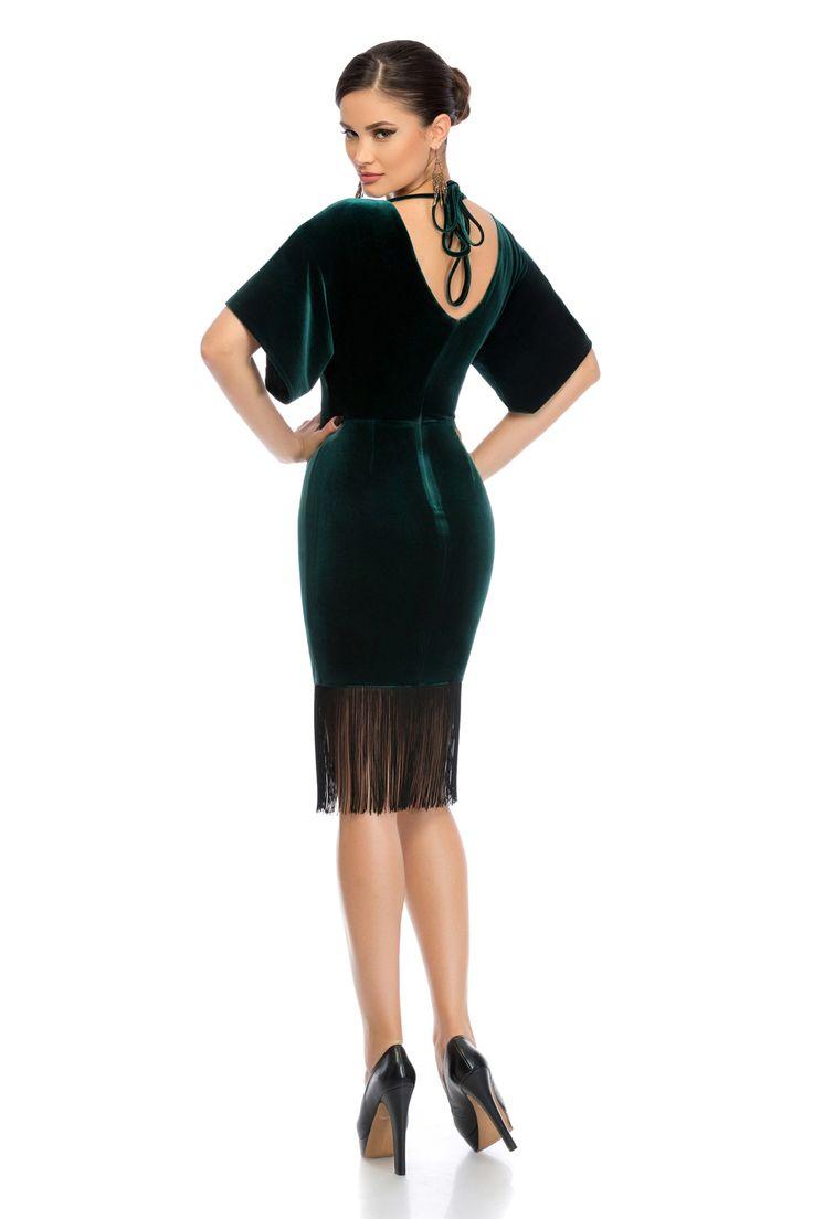 Rochie Vanessa Verde - Rochie eleganta din catifea accesorizata cu franfuri in partea inferioara reprezinta outfitul ideal pentru evenimentele la care urmeaza sa participi. Alege sa fii o femeie minunata, purtand o rochie din catifea ce emana senzualitatea si feminitate. material elastic fermoar la spate maneci scurte spatele decupat snur la spate jupon accesorizata cu franjuri in partea inferioara Produs in Romania Dimensiuni disponibile: S, M, L Colectia Rochii de seara scurte de la…
