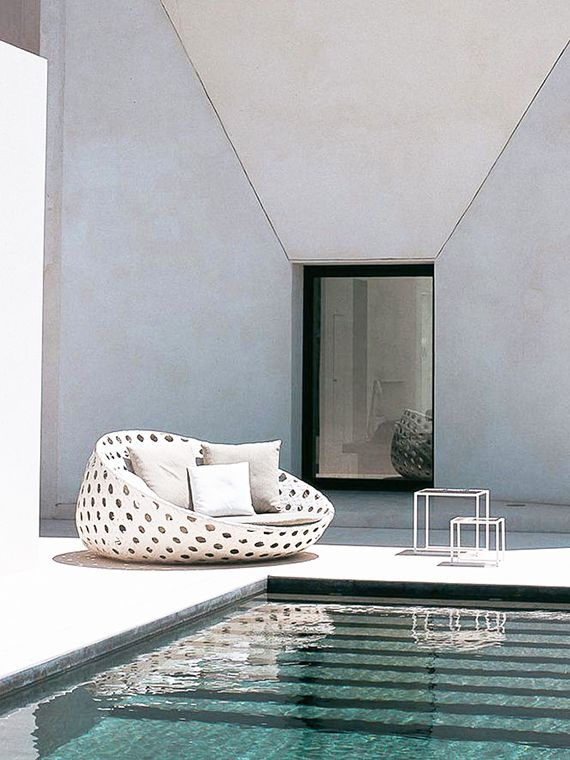 Turquoise pool waters, minimalistic outdoor design | Poltrona Canasta Patricia Urquiola / B&B Italia