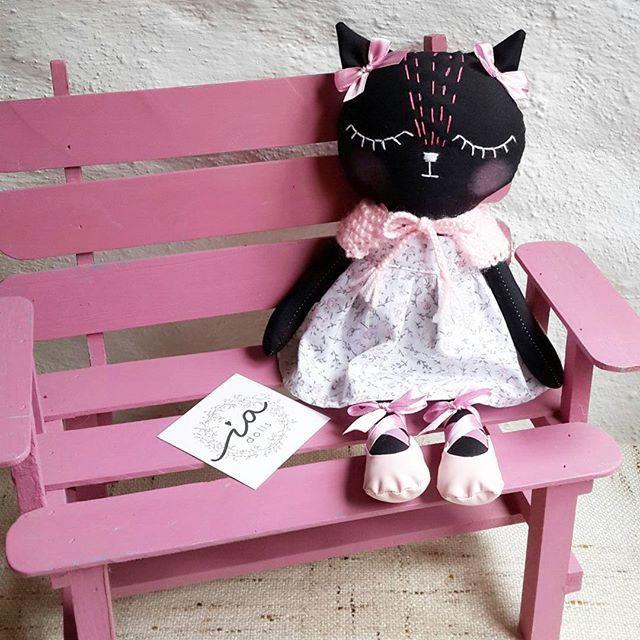Esta gatita negra se va muy muy lejos para Rusia!💕 por eso lleva su capita tejida. pero tal vez no sea suficiente!🙈 This black kitten is going very far for Russia!💕 That is why it carries its woven coat. But it may not be enough!🙈 . #handmadedolls #handmade #hechoenvzla #hechoamano #venezueladiseña #dollmaker #diseñovenezolano #handmade #car #catdoll #kitten #kitty #kittyblack #clothdoll #kidsroom #kidsdecor