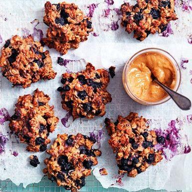 Kakor till frukost, ja tack! Dessa müslikakor med banan, jordnötssmör och blåbär går toppen att förbereda dagen innan för en snabbfixad frukost eller ett mumsigt mellanmål.