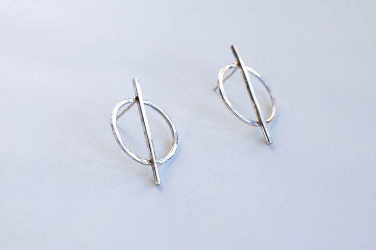 Elegant circle earrings with a twist. Simple but special – perfect for any occasion.