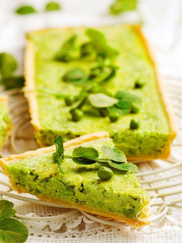 La Torta salata di piselli e robiola allieterà il palato degli amanti delle preparazioni salate, ripiene di ingredienti saporiti e gustosissimi!
