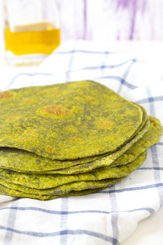 Gezonde spinazie wraps recept. Wraps kunnen prima zelf thuis gemaakt worden in de koekenpan. Deeg wordt gemaakt met spinazie. Groene wraps.
