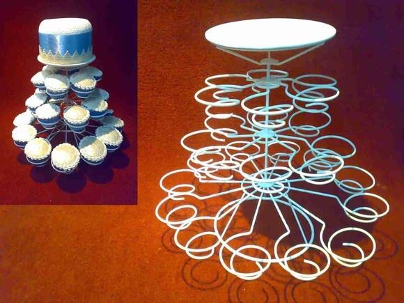 Suporte para Cupcakes em arame Com 26 unidades + 1 Bolo, adaptável a diferentes tamanhos de bolinhos, empadas, coxinhas etc. . R$58,00
