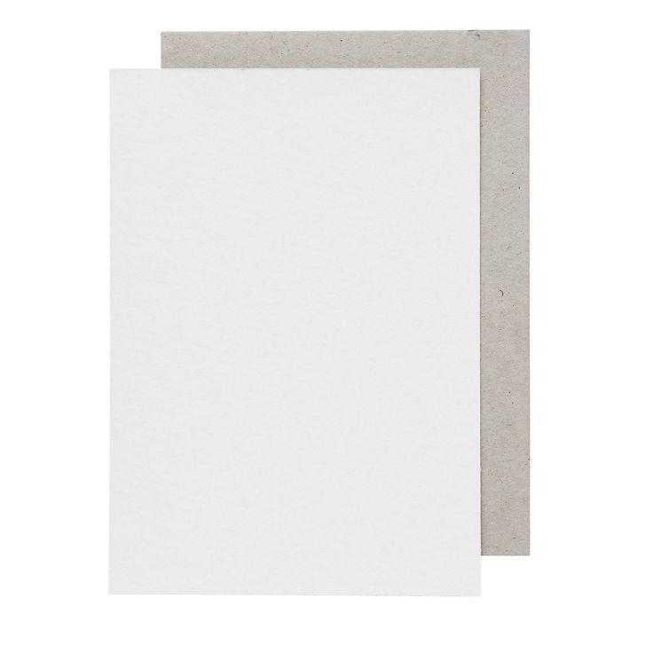 Pärmpapp 1 mm A5 2-pack Pärmpapp 1 mm, vit fram- och grå baksida av kraftig papp, ca 1 mm, ytvikt 640 g. Pappen kan användas till bl.a. bokpärmar, kontorspärmar och skyltar. Förpackning med 2 ark.   A5   Mått ca 15,5x22 cm. Lämplig storlek till Arne och Carlos kreativa idéer för bokbinderi. Vi har många A & C produkter i vårt sortiment.