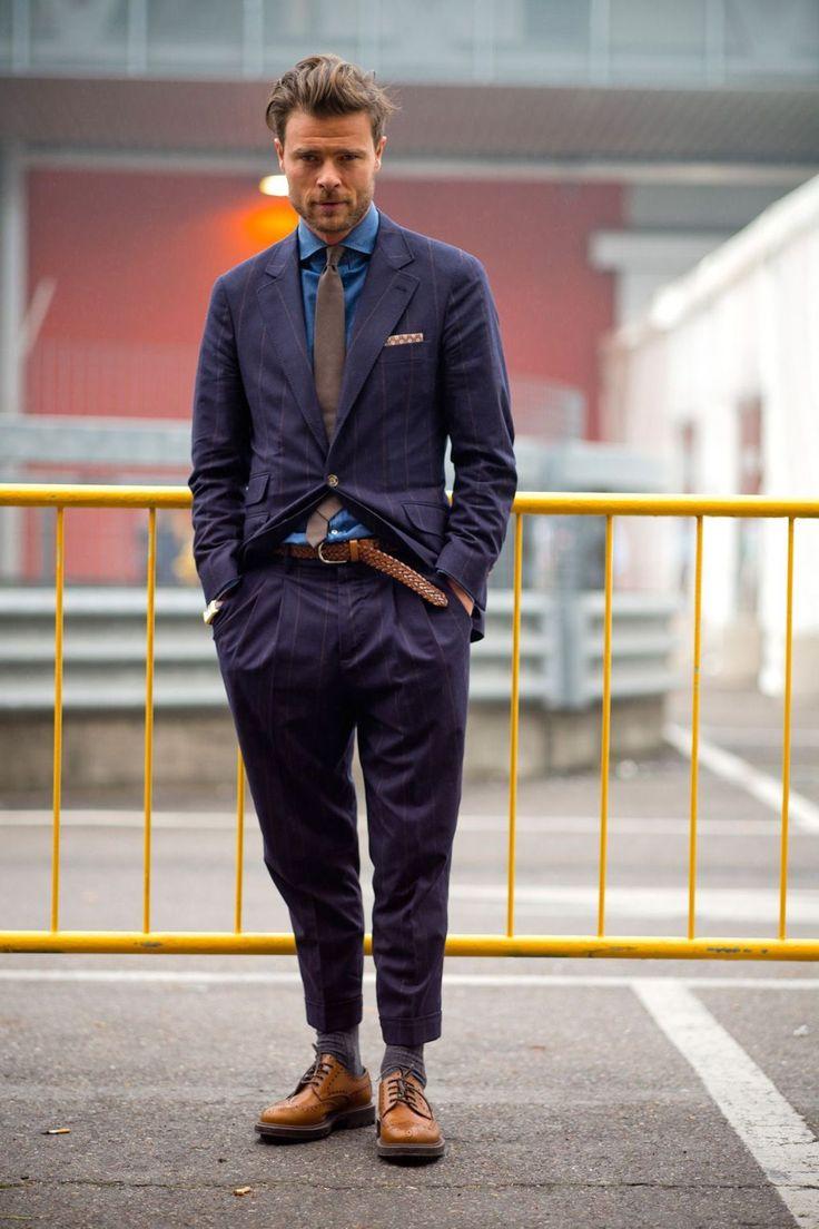 デニムシャツといえば、ストリートスタイルからジャケットスタイルまで幅広くフィットするメンズファッション定番アイテムだ。特に昨今においてはスーツやジャケットといったドレススタイルに遊びとしてデニム素材のシャツを合わせるのは定番だ。シャツブランドからもカジュアルテイストの強いタイプからドレステイストの強いタイプまで幅広く展開されており選択肢は広がるばかり。今回はデニムシャツにフォーカスして注目の着こなしを紹介! デニムシャツ、シャンブレーシャツ、ダンガリーシャツの違いとは? デニムシャツとは現在、一般的にインディゴブルーのシャツ全般を指すが、実は正確に言うと「デニム」「シャンブレー」「ダンガリー」は異なる生地だ。気にせずとも問題ないが理解しておくと服選びが少し楽しくなるかもしれない。 デニムシャツ生地の種類①「デニム」…