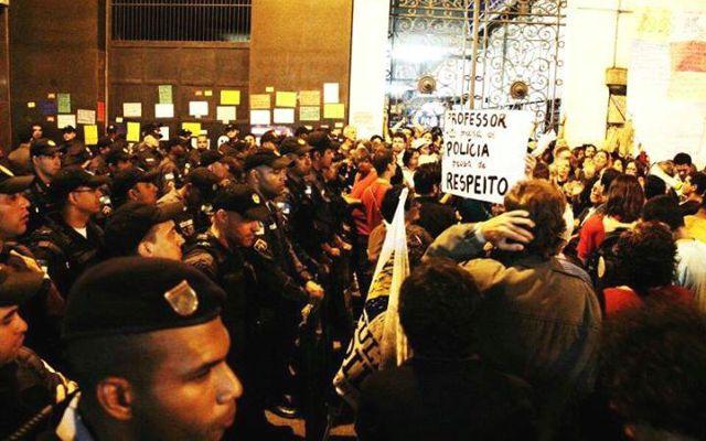 Plenário da Câmara Municipal do Rio desocupado a força pela PM | #EducacaoemGreve, #EduardoPaes, #Educação, #EnsinoPúblico, #Greve, #Magistério, #PlanoDeCarreira, #Polícia, #Professores, #Protesto, #Vemprarua, #Violência
