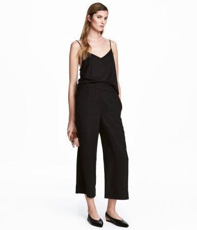 Black. 3/4-length pants in woven fabric with an elasticized waistband and side pockets.