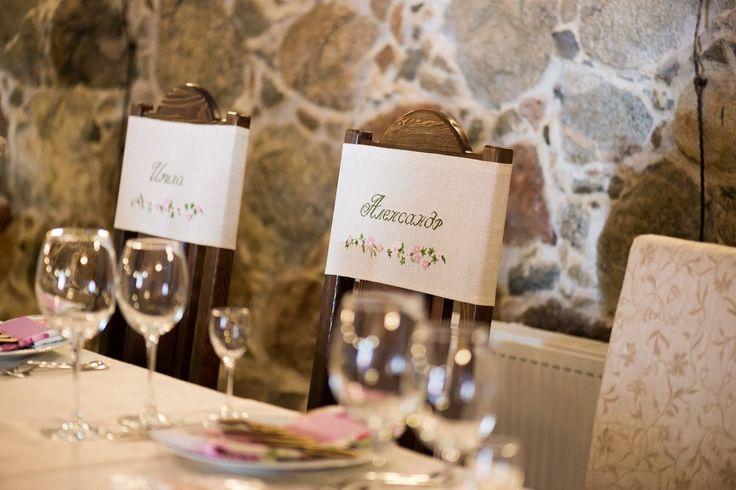 Украшенные стулья для жениха и невесты