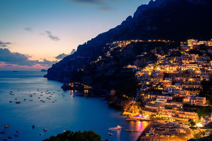 Amalfi es una comuna y archidiócesis de la región de Campania, Italia, situada a la orilla del Golfo de Salerno, a 75 km de Nápoles.