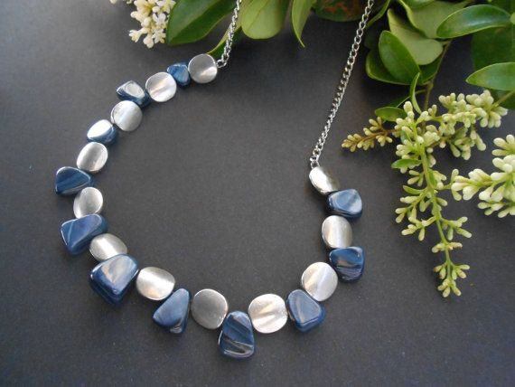 Vera madre di perla breve dichiarazione collana e orecchini in blu navy con perline dargento antichi. Questa speciale tonalità blu scura è