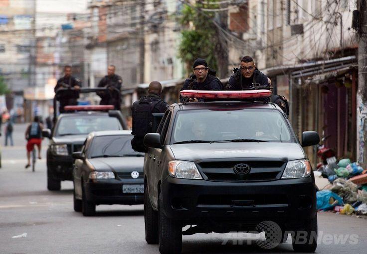 ブラジル・リオデジャネイロ(Rio de Janeiro)のファベーラ(スラム街)、マレ地区(Mare)を巡回する特殊警察作戦大隊(BOPE)の隊員たち(2014年3月30日撮影)。(c)AFP/CHRISTOPHE SIMON ▼31Mar2014AFP|リオのスラム街を警官1000人が制圧、犯罪追放作戦の一環 http://www.afpbb.com/articles/-/3011305 #Mare #Rio_de_Janeiro