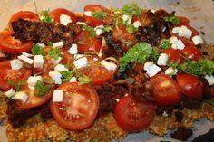 Ingredienser: 100 g. groft kværnet/revet mandler 2 gulerødder revet 2 æg 1 spsk. hørfrø 1 tsk. salt 1 tsk. gurkemeje Fremgangsmåde: Tænd ovnen på 200 grader. Bland det hele og fordel det i et tyndt lag på bagepladen. (Smør evt. bagepapiret med lidt olie). Forbag bunden i ca.15 min eller til bunden er nogenlunde …