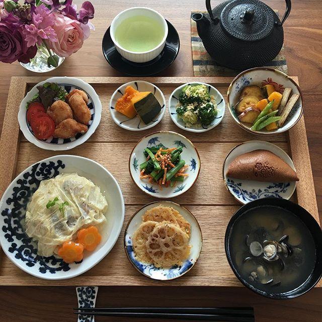2017.3.23(木) 蓮根のカリカリチーズ焼きは @mi_ka1212 さんのまねっこです。 とても美味しかったです♫ . 夫が四月から異動となり、年度末に加え 引き継ぎ送別会などで帰宅が遅いです。 胃に優しそうな湯葉丼にしたけど、 こんなに食べられないって…(>_<) . 木曜日、今日も頑張りましょう♫ . . ⁂ 湯葉丼 ⁂ しじみのお味噌汁 ⁂ 蓮根のカリカリチーズ焼き ⁂ 小松菜のごま油香るするめキムチ和え ⁂ 唐揚げ ⁂ かぼちゃの煮物 ⁂ ブロッコリーのパン粉焼き ⁂ 野菜の揚げびたし ⁂ 黒船のどらやき . . #おうちご飯 #おうちごはん #お家ご飯 #あさごはん#朝ごはん #朝食#家庭料理 #和食#豊かな食卓 #春の食卓はじめました #ruhru春のおうちごはんコンテスト #日本が元気になるご飯 #クッキングラム #湯葉丼#器#うつわ #つくりおきおかず #つくりおき #献立#料理写真 #料理日記 #foodphoto #foodpic #fooddiary #foodlover #breakfast #instafood #instad...