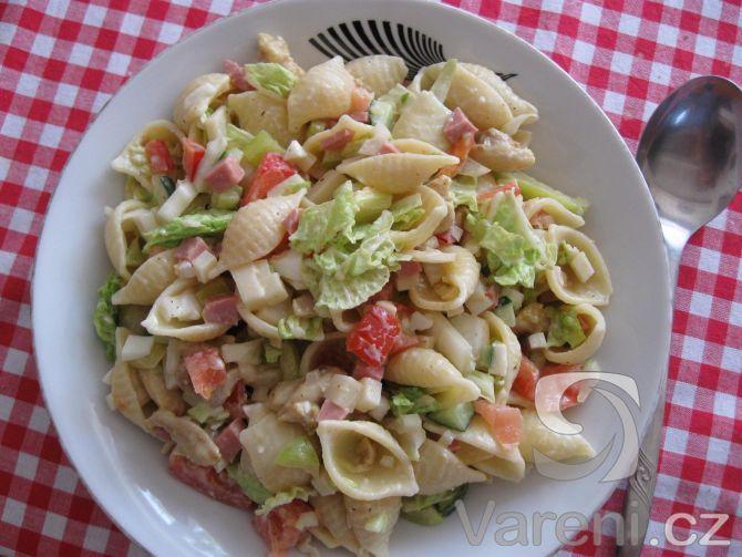 Zdravý a výborný salát z těstovin, kuřecího masa, sýru, salámu a zeleniny.