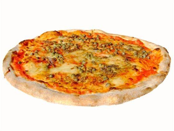 Пицца с анчоусами, омарами и зеленым горошком