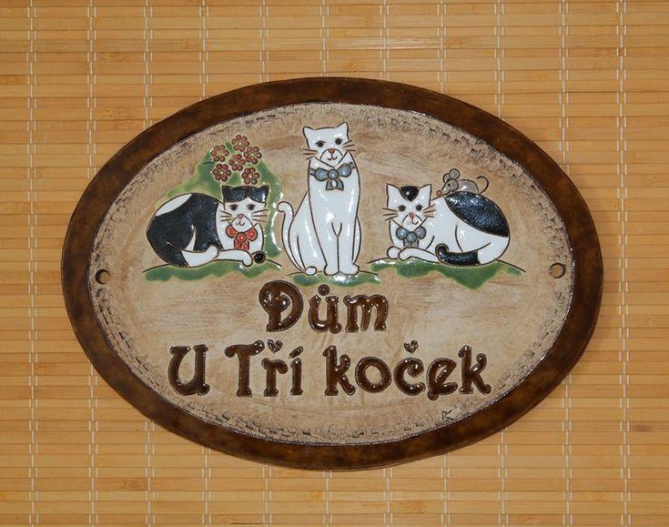 Cedulky na dveře z keramiky: Dům u Tří koček. Zakázková výroba motivů na přání - Keramika pro domov, www.keramika-dum.cz