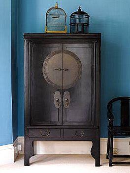 Nos encanta este mueble de estilo asiático perfecto para combinar con colores profundos en las paredes. #esmadeco