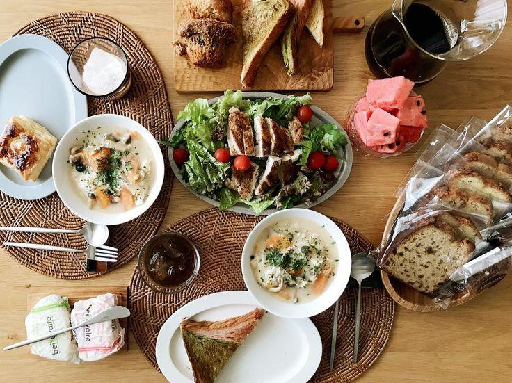 「日曜日のお昼ごはん . 糖質まつりになっとるな . #おうちごはん #デニッシュ食パン #ボロニヤ #hudsonmarketbakers #ジャークチキン #春菊サラダ #お昼ごはん…」