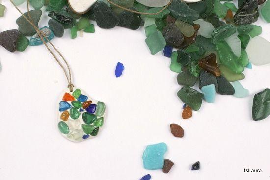 Fermare il tempo è impossibile, ma almeno creare un oggetto dove fissare i ricordi della spiaggia si può fare. Lavorare con i vetrini di mare non è facile, non è facile perché la foratura non è age...