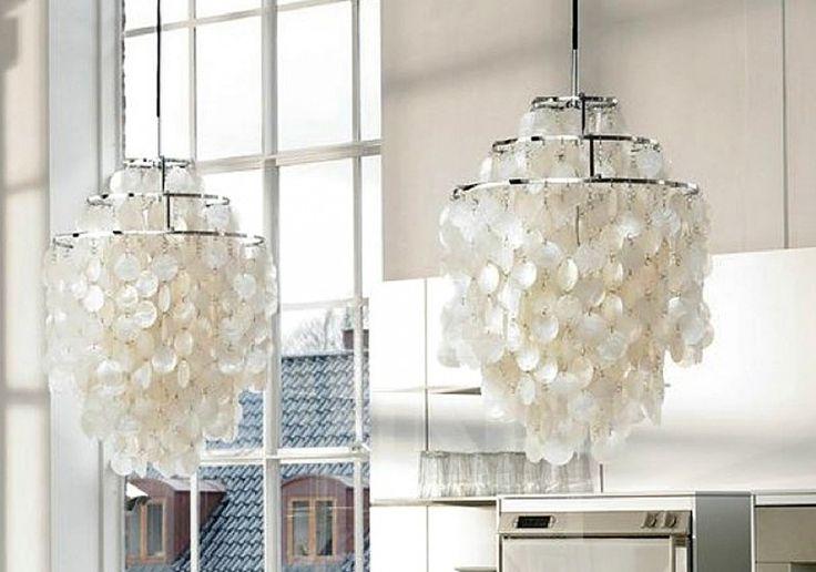 SCHELPENLAMP. Nieuwe uitvoering van een scandinavische design klassieker. Organische constructie met zachte lichtval. Aan de spiralen hangen meer dan honderd witte schelpen plaatjes die het licht adembenemend filteren. Echt parelmoer. The shelllamp.