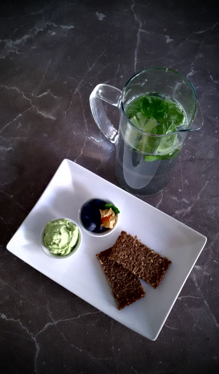 #healthy #dinner #avocado #pate #blueberries #physalis #wholewheat #bread #lime #mint #water