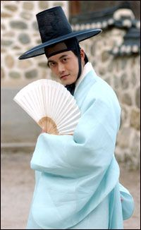 """Sassy Girl Chun-hyang(Hangul:쾌걸 춘향;RR:Koegeol Chunhyang; lit.Delightful Girl Chun-hyang) is a 2005 South Korean television series starringHan Chae-young.It aired onKBS2for 17 episodes. A modern retelling of the classic Korean folktaleChunhyangjeon(""""Tale of Chunhyang""""),theromantic comedyseries was called """"fusion-style"""" for, among others, mixingrapwithpansoriin the background music.  몽룡"""