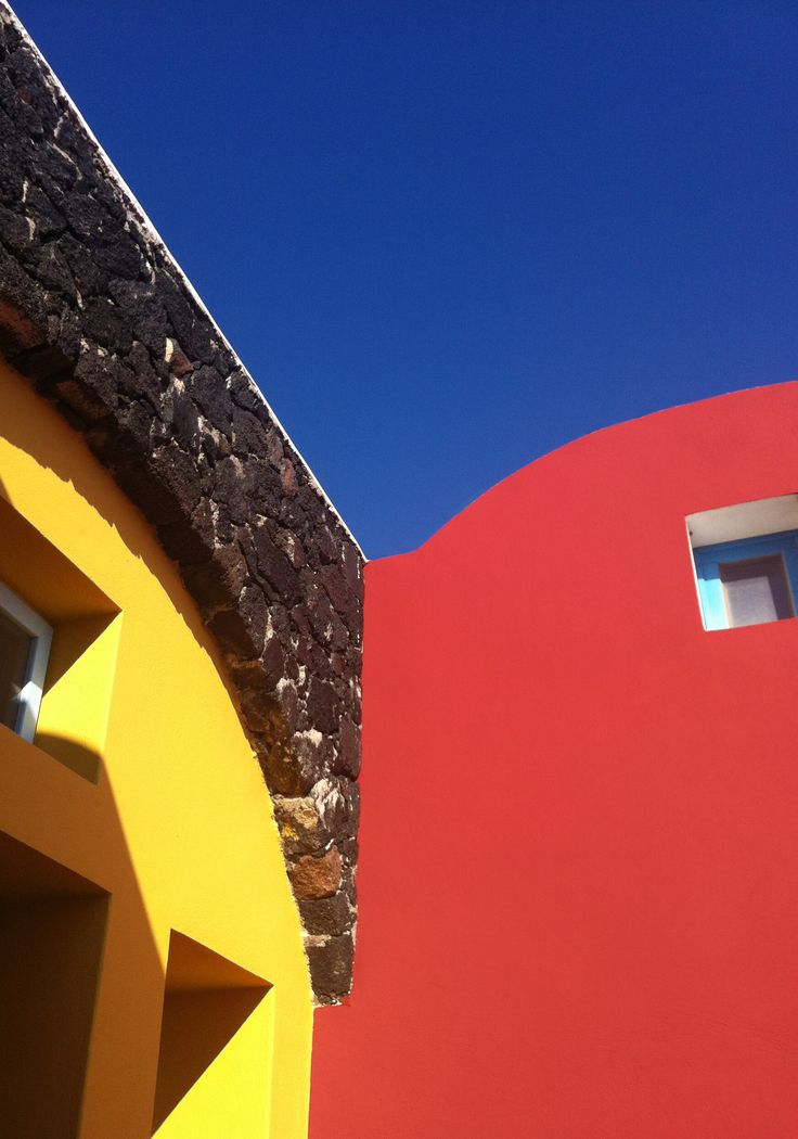 Hara's houses colours are inspired by the unique volcanic earth of Santorini.