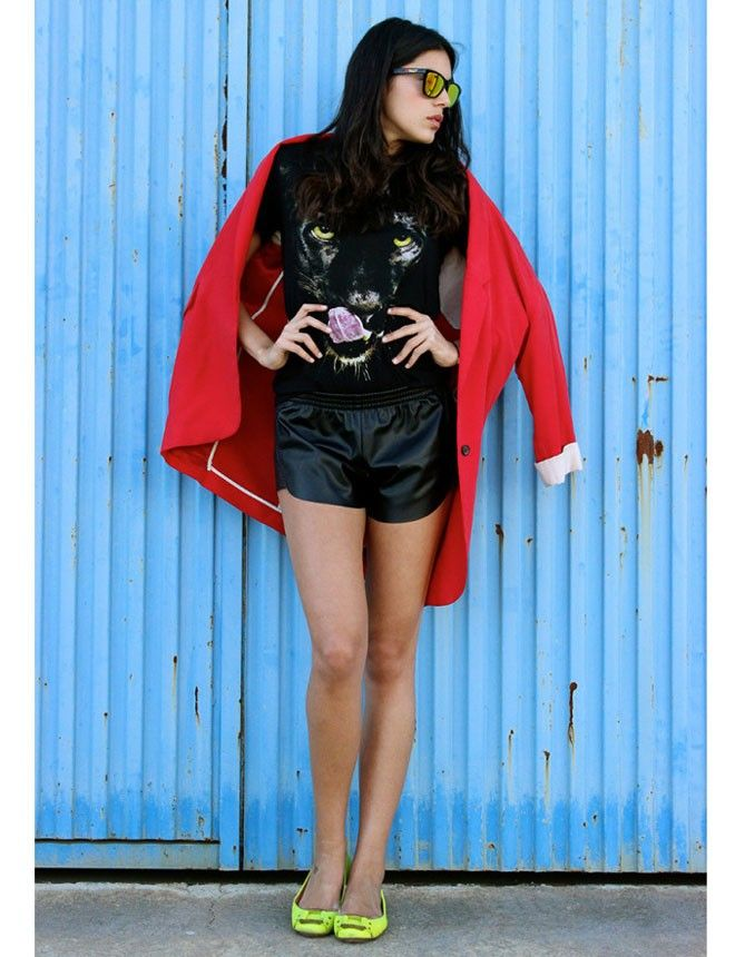 #Byourway aceptó el reto y subió tres looks con los colores de la bandera belga. Nos encanta este con shorts de piel en versión sporty, bailarinas flúor y blazer roja. http://www.marie-claire.es/moda/consejos-moda/fotos/street-style-al-mas-puro-estilo-belga/byourway2