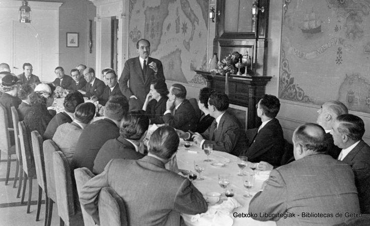 Visita del príncipe Otto de Austria al Club Marítimo del Abra, 1954. Discurso del príncipe durante el lunch en los salones del Club (Colección Archivo municipal de Getxo) (ref. 05776)