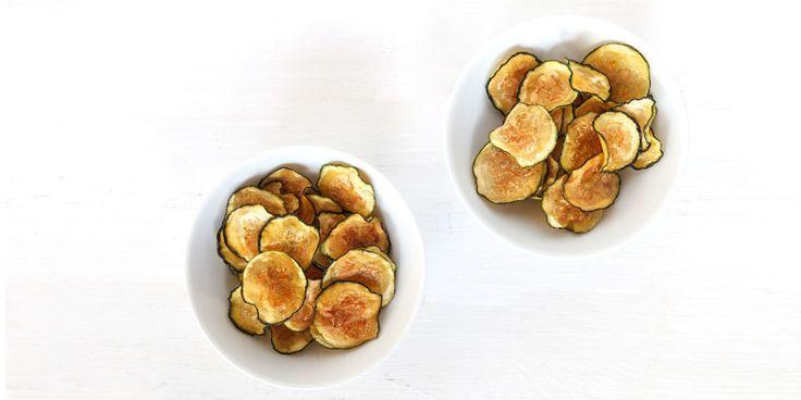 Gebakken courgette chips met paprika en zeezout