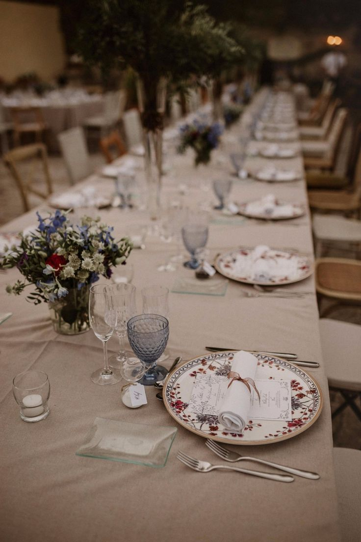 Vintage table decor - wedding table settings - wedding table ideas #rusticweddinginspiration
