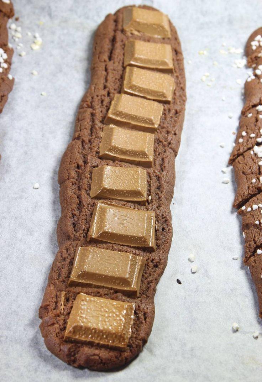 5. Grädda längderna mitt i ugnen i 12–14 min. 6. Skär längderna i bitar, 4–6 cm, med en degskrapa eller kniv direkt när de kommer ut ur ugnen. Låt kakorna kallna och stelna på plåten.